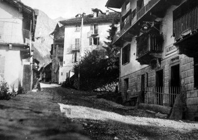 davanti l'albergo all'entrata del paese, 1920 circa